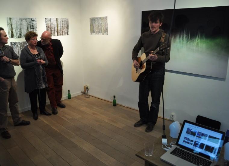 Coert de Boe zingt voor het werk van Linda Mosterd
